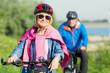 paar macht eine fahrradtour