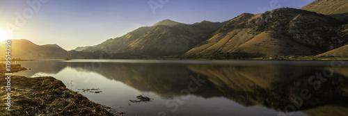 Poster Reflexion golden hour mountain