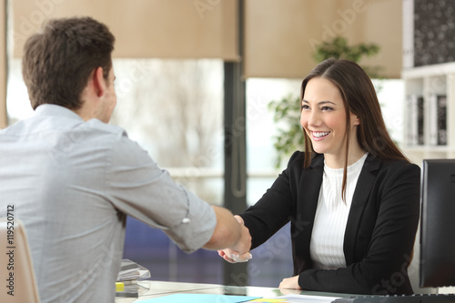 Photo  Businesswoman handshaking with client closing deal