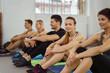 gruppe wartet im fitnessstudio auf den nächsten kurs