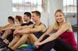 lächelnde frau wartet im fitnessstudio auf den nächsten kurs