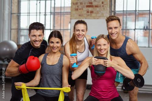 Fotografie, Obraz  sportliche gruppe im fitness-studio mit unterschiedlichen geräten