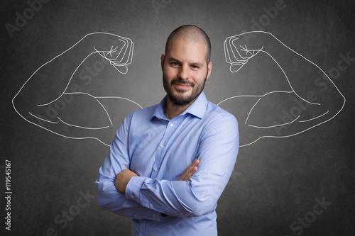 Photo Erfolgreicher Geschäftsmann vor Tafel mit Muskeln aus Kreide