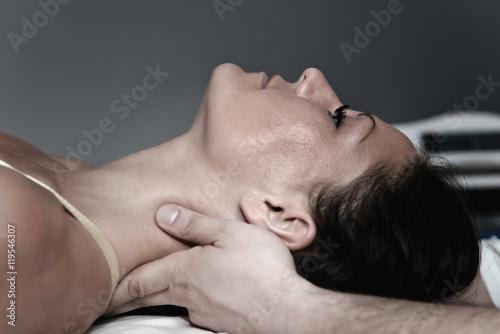 Carta da parati Chiropractic neck treatment