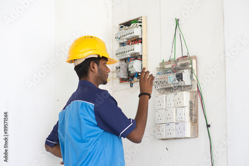 Photo indian male electrician