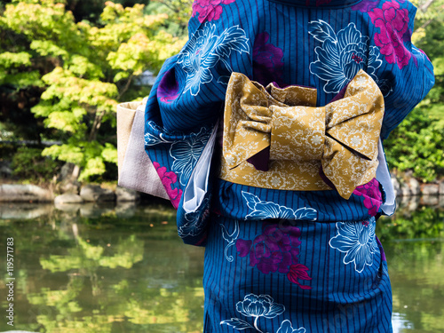 Photo Woman wearing Japanese kimono with traditional obi belt