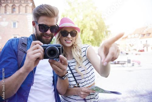 Foto  Junge Paare, die alte Stadt besichtigen