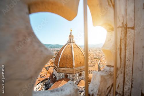 Montage in der Fensternische Florenz View through the gothic rose window on Duomo cathdral in Florence