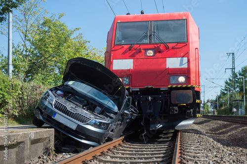 Valokuvatapetti PKW von Zug erfasst