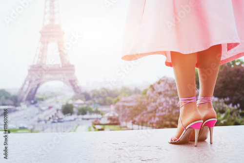 Платно beautiful fashion woman on high heels near Eiffel tower in Paris, France