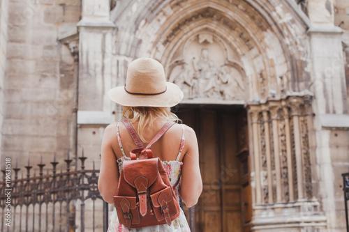 Foto  Tourist reist in Europa, Stadtrundfahrt, Rückseite der Frau mit dem Rucksack, de