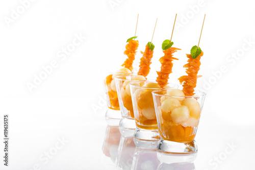Keuken foto achterwand Voorgerecht hors d'oeuvre avec brochette de saumon et melon