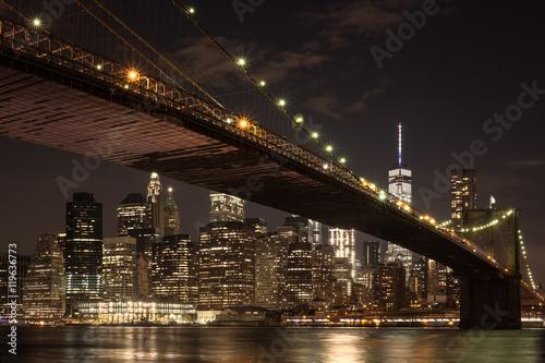 Photo  The downtown Manhattan skyline and the Brooklyn Bridge at night