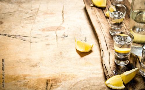 Poster de jardin Bar Vodka in shot glasses with lemon.