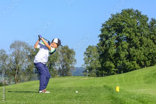Fotografía  Jugendlicher Golfer beim Abschlag