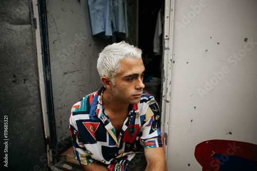 Stampe  Man with bleached hair looking away