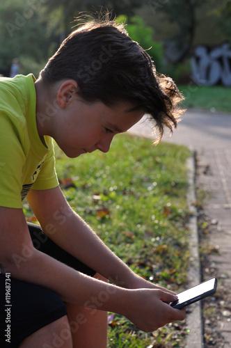 Chłopiec z telefonem Plakat