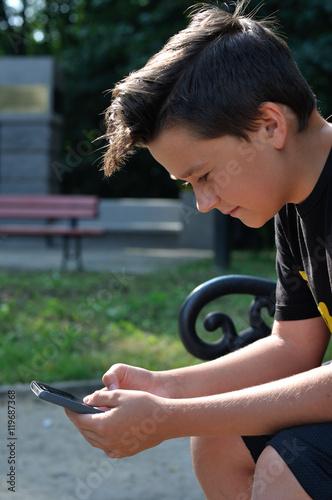 Fotografia  Chłopiec z telefonem