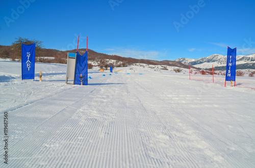 Fotografía  star and finish flags in ski cente Metsovo Greece