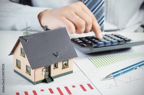 Zdjęcie XXL Biznesmen obliczyć koszt budowy i utrzymania domu
