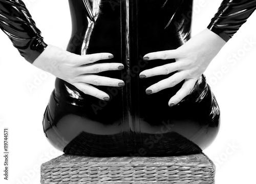 Donna Con Abito Aderente In Pelle Seduta Di Spalle Con Le Mani