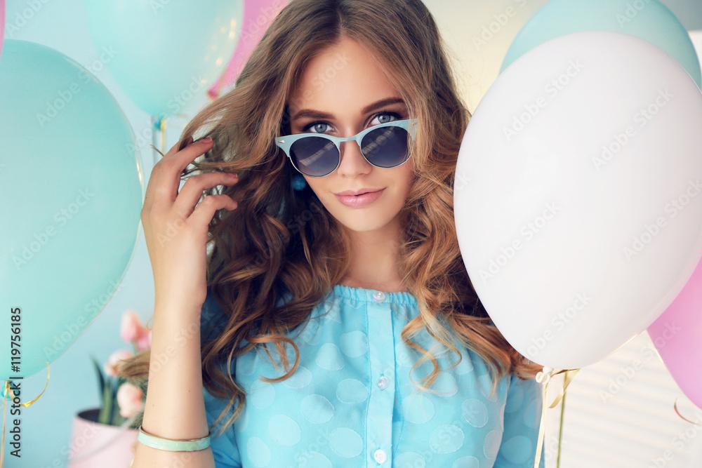 Modeinnenfoto Des Schönen Jungen Mädchens Mit Dem Dunklen
