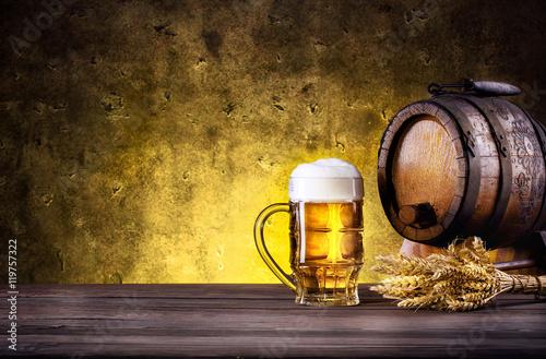 kubek-piwa-z-pianka-i-beczka