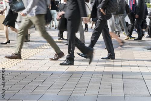 通勤 品川駅前 品川 朝 出社 イメージ スローシャッター 足元 - 119779533