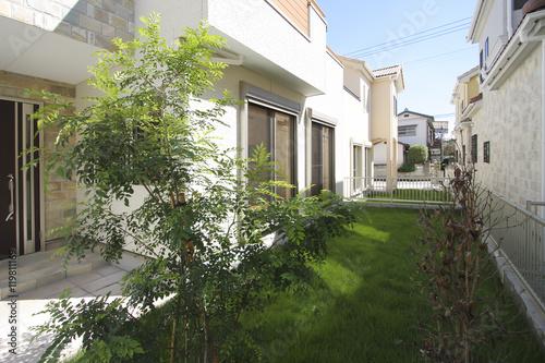 Photo 住宅 分譲住宅街の庭 イメージ 隣地接近 芝生