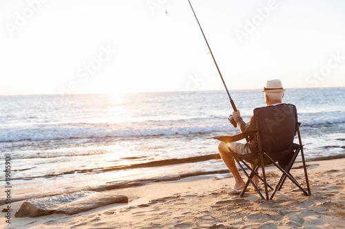 Poster Peche Senior man fishing at sea side