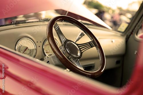 klasyczny-retro-vintage-czerwony-samochod