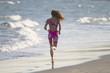 Atleta de triatlón entrenando por la playa