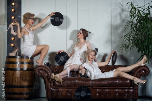 Photographie  Lovely girls dressed in flapper style outfits