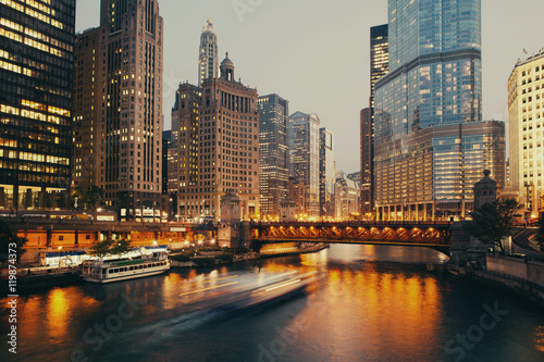 La pose en embrasure Chicago DuSable bridge at twilight, Chicago.