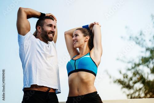 Plakat Szczęśliwa para ćwiczy outdoors.