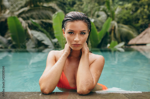 Stampe  Attractive young woman relaxing in swimming pool