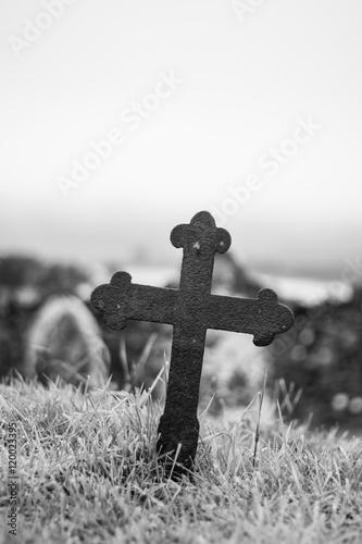 Valokuvatapetti Kreuz auf Friedhof, Skye, Schottland, schwarz weiß