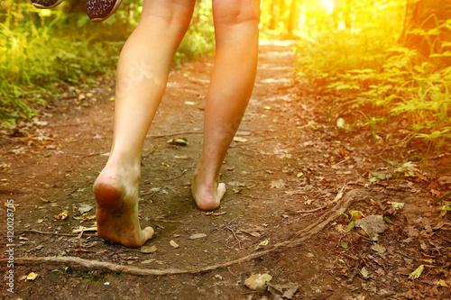 Fotografía feet walking along the forest path close up photo