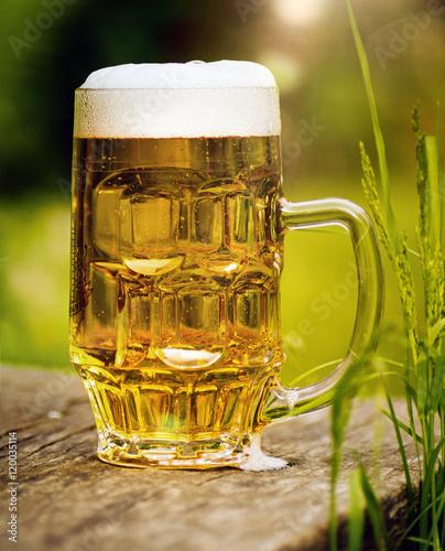 frisch gezapftes Bier auf einem alten Holztisch im Freien - Buy ...