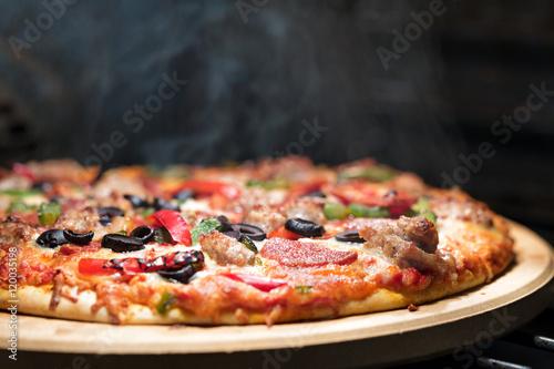 goraca-parujaca-pizza-w-piekarniku