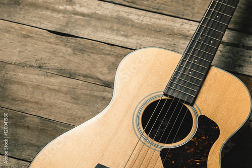Plakat Gitara akustyczna na rocznika drewnianym tle