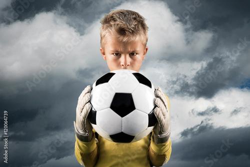 Fotografia  Aspiring young kid posing as a goal keeper.