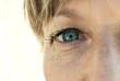Leinwandbild Motiv Primo piano di occhio azzurro di una donna in età matura