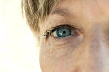 Primo Piano Di Occhio Azzurro Di Una Donna In Età Matura
