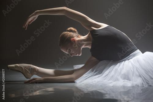 Obraz na plátně  Seated ballerina in class room
