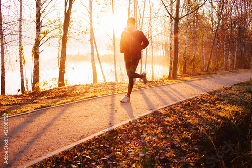 Papiers peints Glisse hiver Man doing running exercise at autumn, winter morning