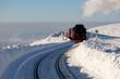 Die Brockenbahn dampft durch Tiefverschneite Landschaft zum Gipfel des Brocken