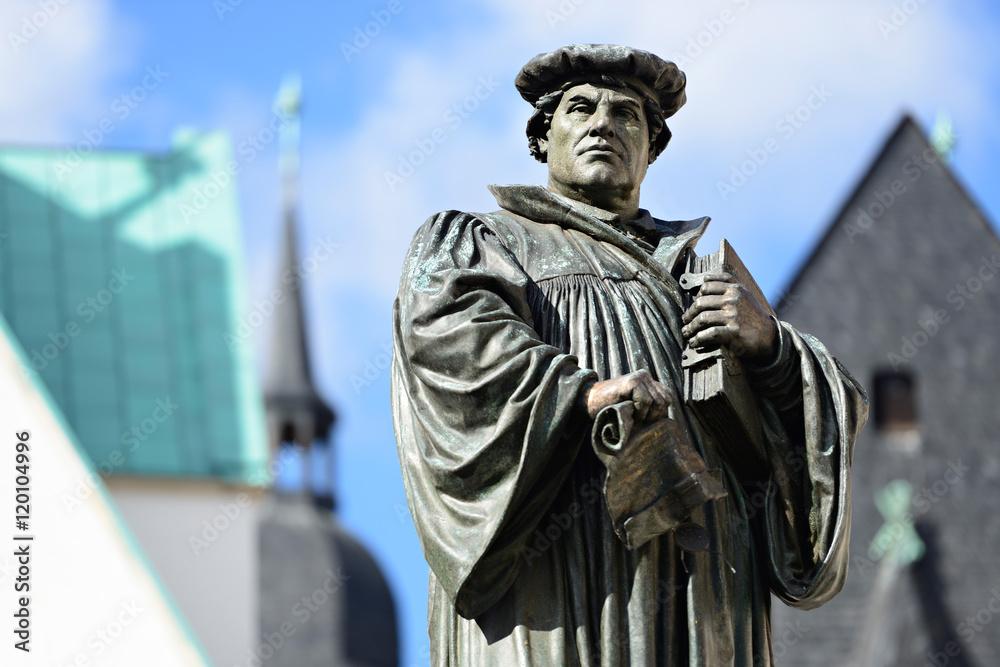 Fototapety, obrazy: Denkmal Martin Luthers auf dem Marktplatz von Eisleben, seiner Geburts- und Sterbestadt, Deutschland