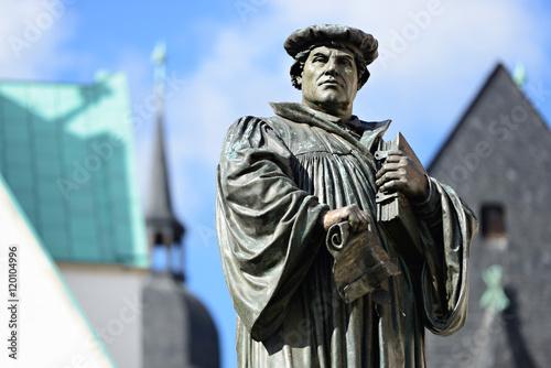 Foto Denkmal Martin Luthers auf dem Marktplatz von Eisleben, seiner Geburts- und Ster