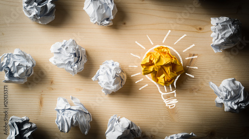 Cuadros en Lienzo Papierkugeln als Symbol für Ideen